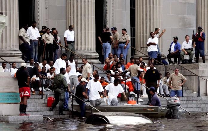 Заключенные ждут перевозки из тюрьмы Нового Орлеана d