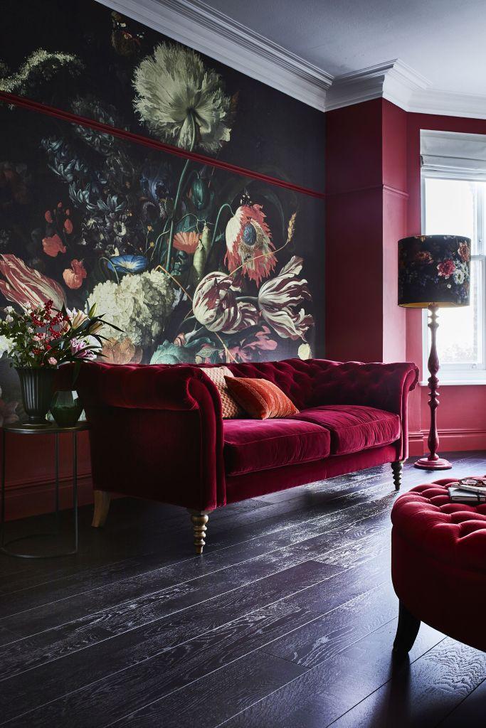 robijn rood interieur met bloemen wand