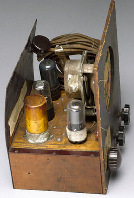A radio made by Paul Eisler that uses first printed circuit board (PCB)