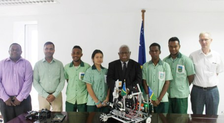 """""""Fly our flag higher"""", PM urges students"""