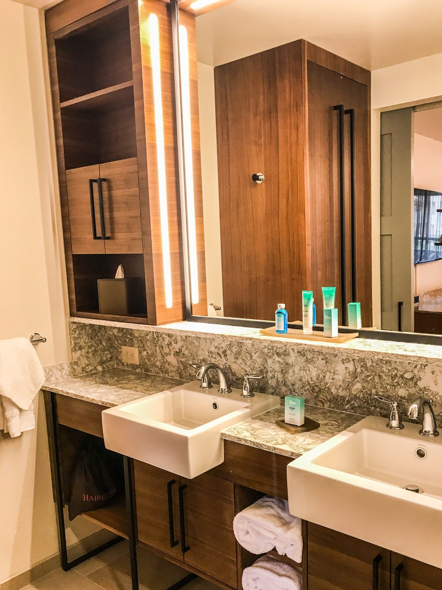 bathroom-integrated-lighting-make-up-mirror
