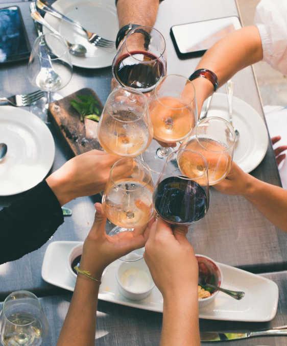 wine with ham: glasses of wine