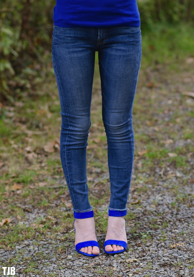 7-for-all-mankind-skinny-jeans-raw-hem-modelled