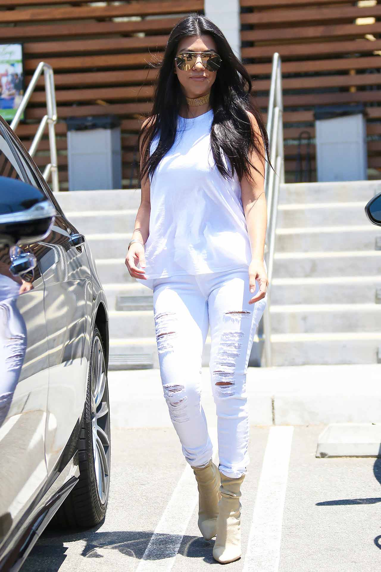kourtney-kardashian-frame-denim-white-jeans