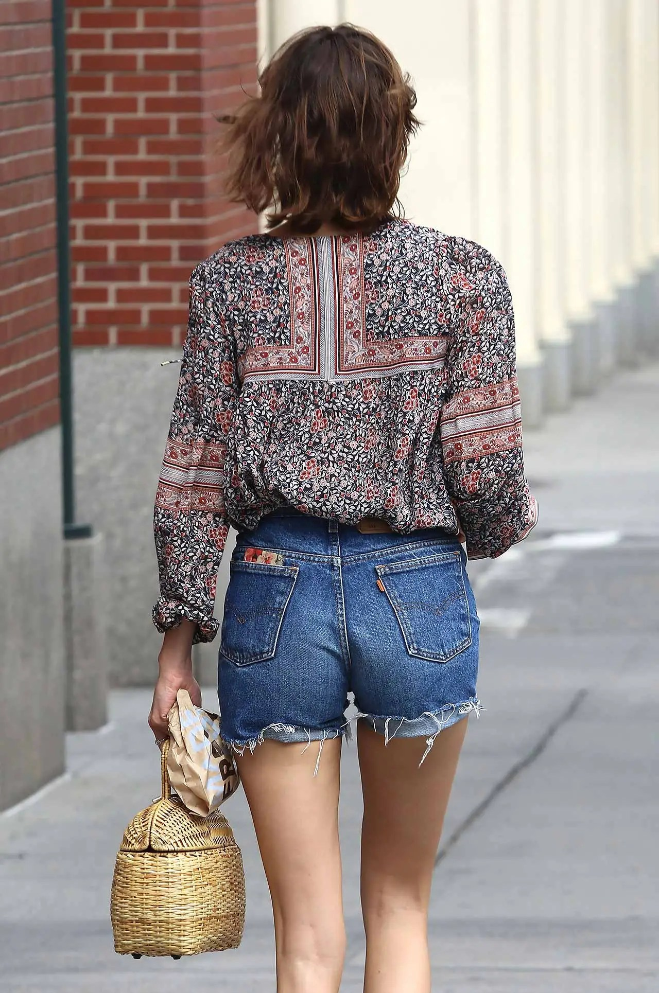 alexa-chung-vintage-levis-denim-shorts-2
