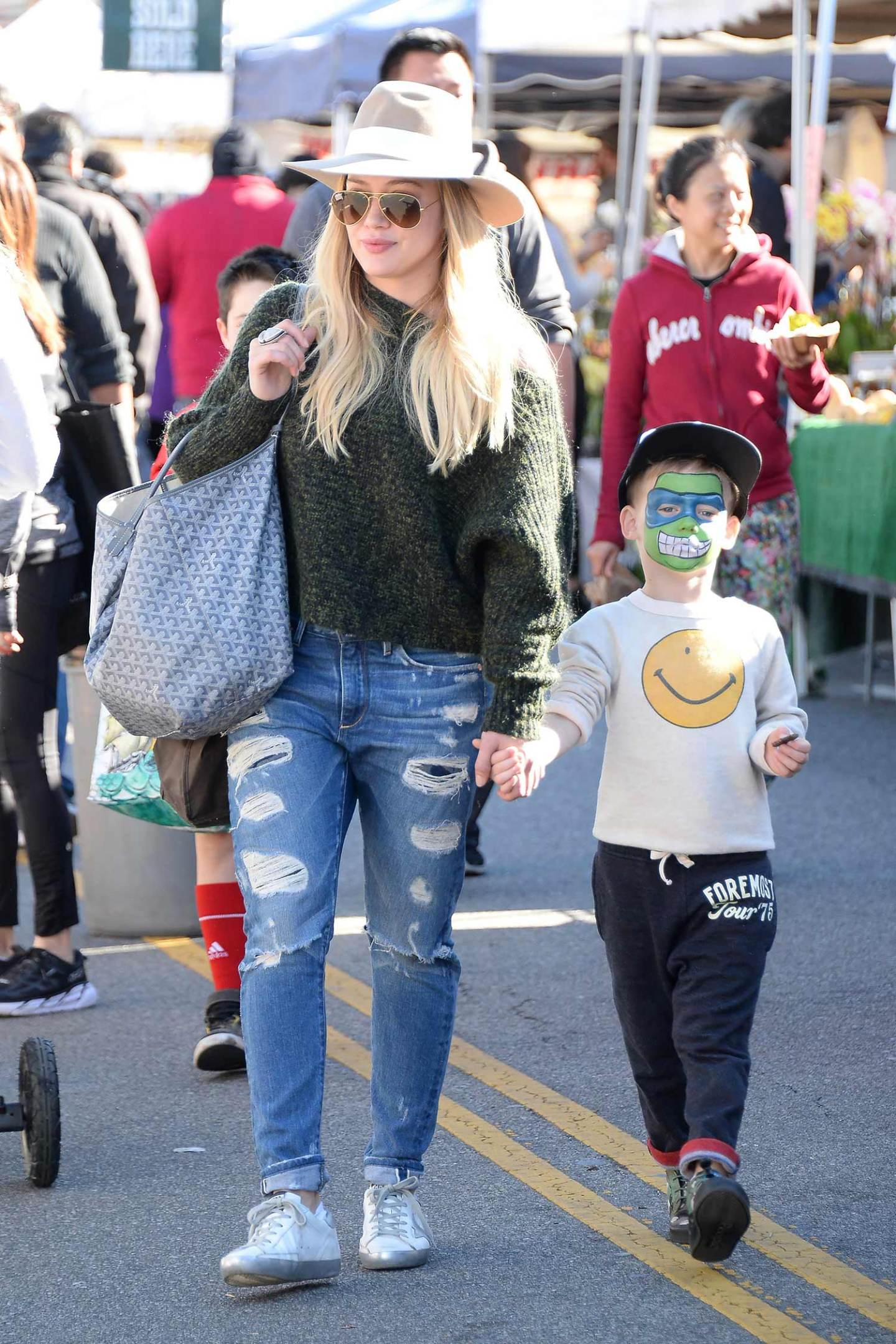 hilary-duff-tortoise-ripped-distressed-boyfriend-jeans