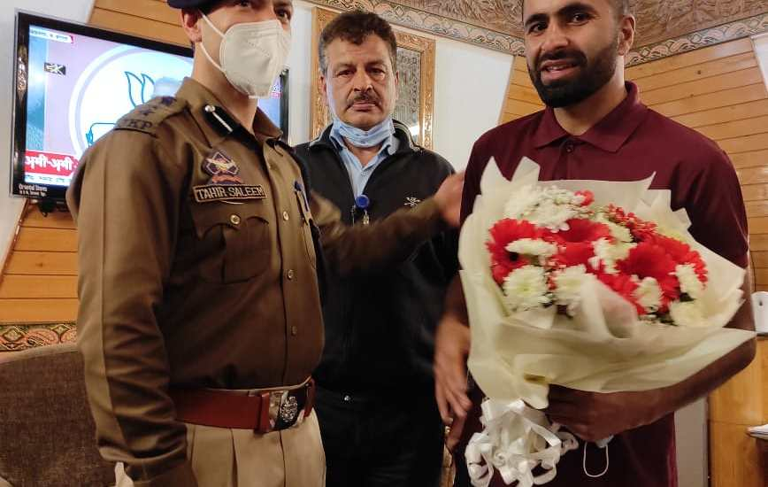 Dir AAI Srinagar, SSP Budgam receive Cyclist Adil at Airport