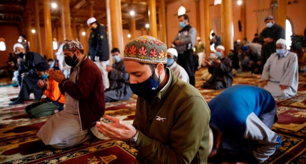 Muslims mark 1st Friday of Ramazan amid COVID surge