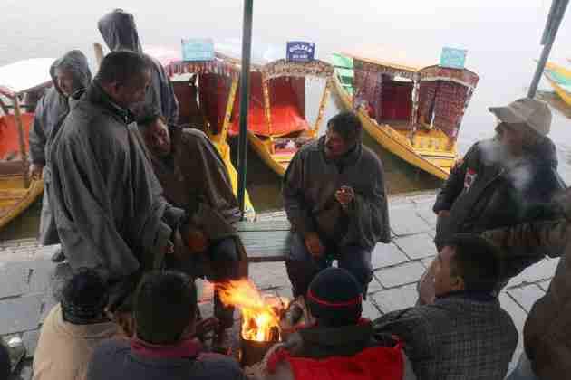 srinagar freezes,valley shivers,kashmir, weather in kashmir, kashmir news, kashmir live,