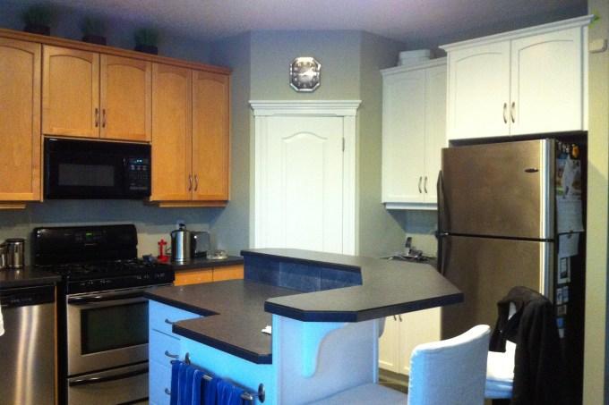 kitchen back splash, glass back splash, white painted kitchen, maple cabinets