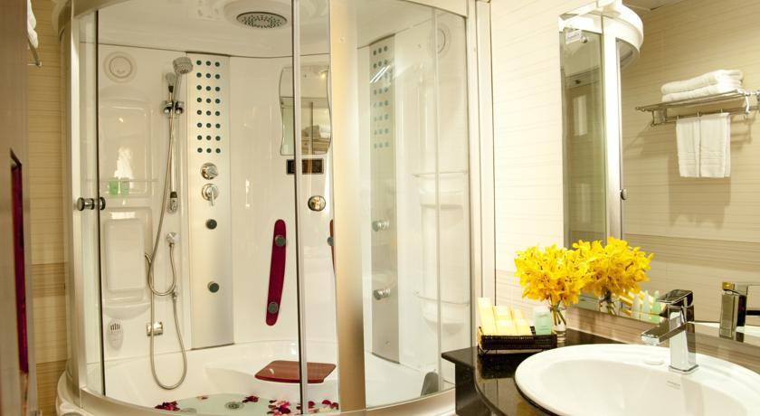 Signature-Saigon-Hotel-Suite-Bathroom