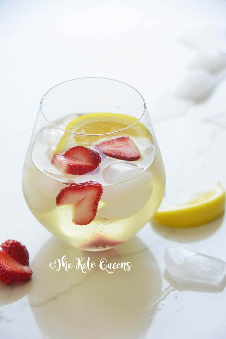 Cool down with this Iced Strawberry Lemon Tea Recipe. It's light and refreshing. Perfect as it is or add a shot of your favorite liquor to unwind after a stressful day at work. #lowcarbrecipe #ketorecipe #lowcarbdrink #ketodrink