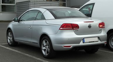 1024px-VW_Eos_1.4_TSI_BlueMotion_Technology_(Facelift)_–_Heckansicht,_26._Mai_2011,_Velbert