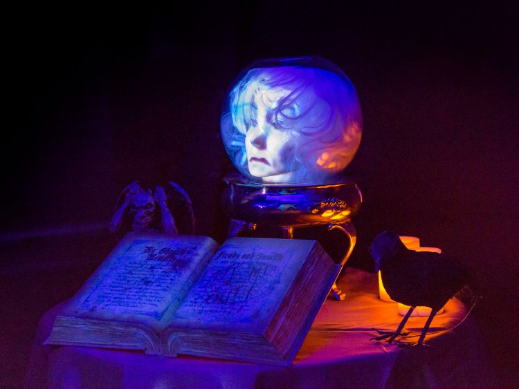 Disney Fan Turns His House Into The Haunted Mansion The Kingdom