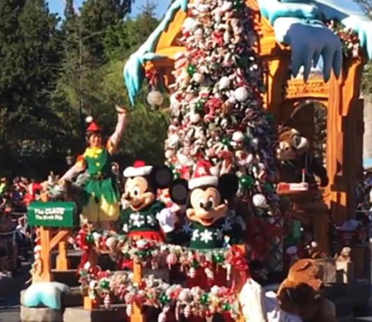 A-Christmas-Fantasy-Parade-in-Disneyland
