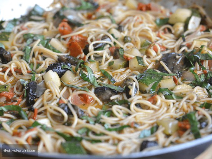 One Pot Italian Vegetable Pasta is LOADED with fresh garden vegetables. Cook the pasta right in the sauce! Perfect, busy weeknight meal. thekitchengirl.com