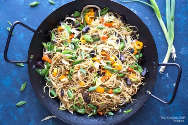 Skip the takeout and make Vegetable Lo Mein Noodles with lots of veggies in a sweet savory sauce #weeknightmeal #asiannoodles #vegannoodles #lomein #veganlomein #vegetablelomein #mealprep #chinesenoodles