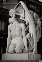 12.-The-kiss-of-death-statue