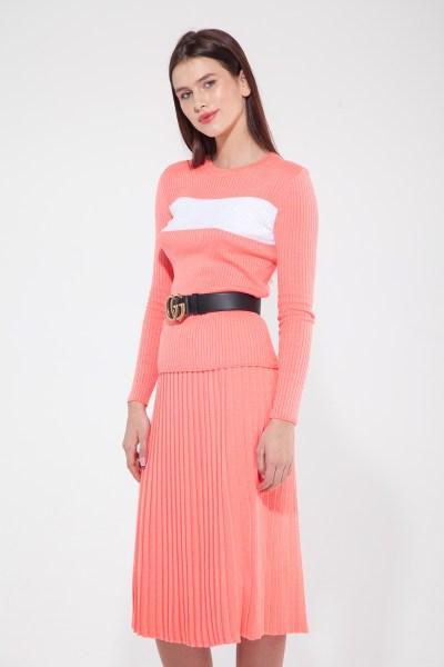 Костюм трикотажный из свитера с полоской и юбки плиссе коралловый - THE LACE