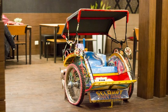 Becak, a traditional Indonesian mode of transportation, as one of the decorations in Si Des. Picture taken from mrssumo.com.