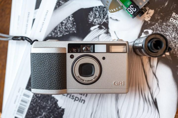 보통 자동카메라의 조리개는 F/2.8 이상인 경우가 대부분인다. F/2.8인 자동카메라를 구했다면 정말 운이 좋은 것이다!