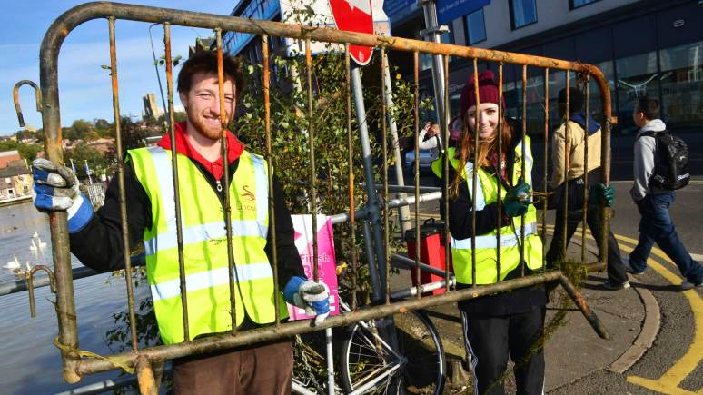 University of Lincoln Students 'Make a Difference' by cleaning up the Brayford Pool. Photo: Steve Smailes for The Lincolnite.