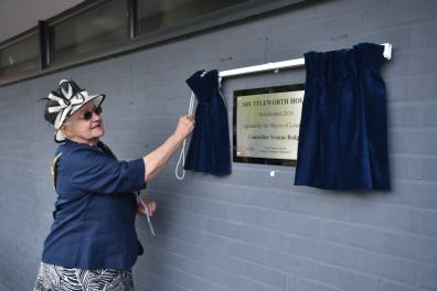Mayor of Lincoln Yvonne Bodger unveiling the plaque at Shuttleworth House. Photo: Steve Smailes for The Lincolnite