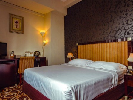 Cozy bed for a great sleep at Lemon Grasss Hotel.