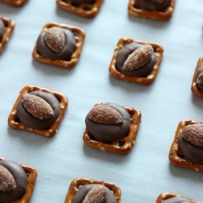 Game Day Snacks: Chocolate Almond Pretzel Bites!