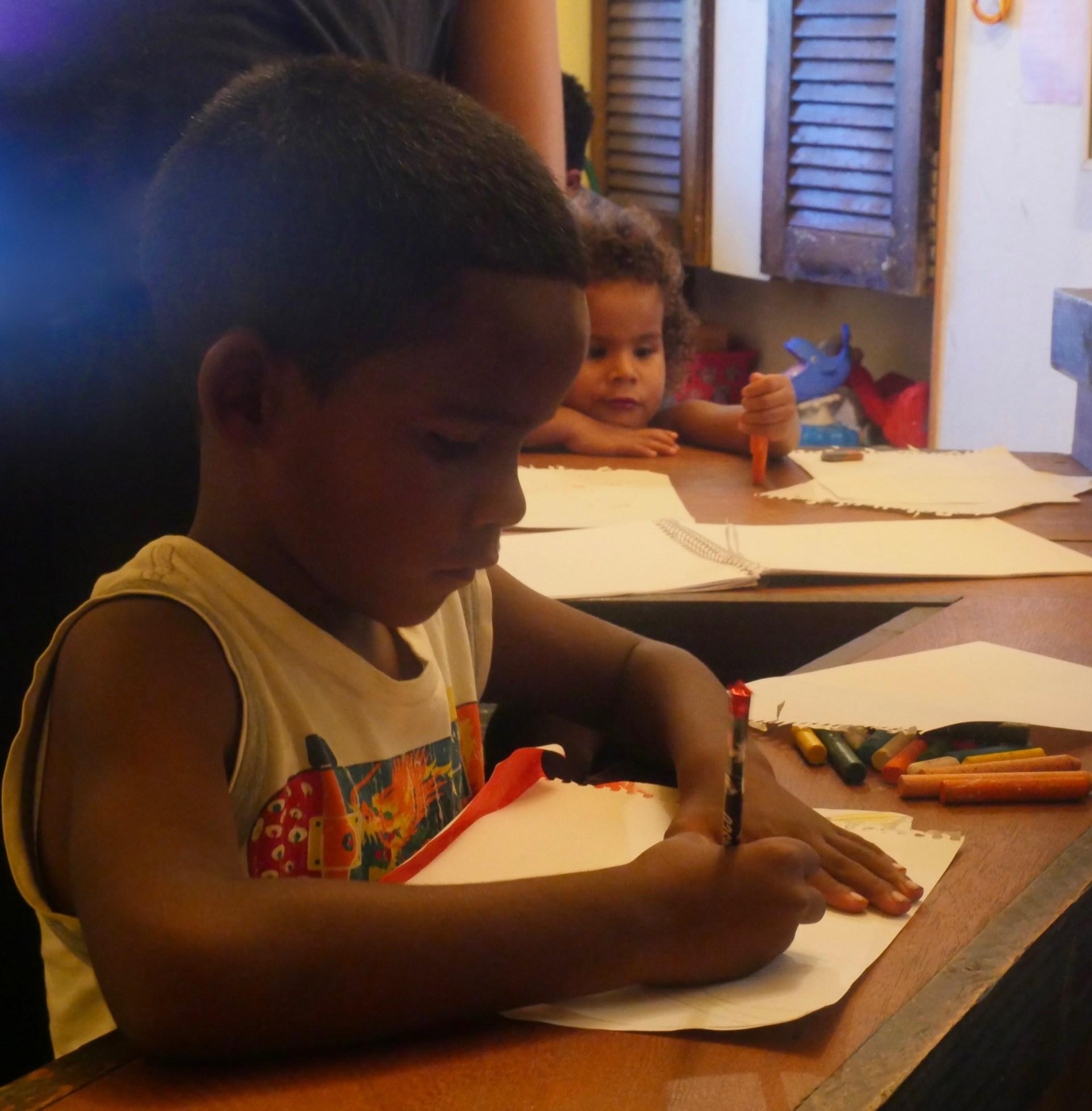 Concentration pendant l'atelier dessin