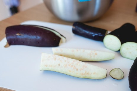 take your fine aubergines and quarter them in this size (if long aubergines, then cut in half and quarters, if normal size, y'a know, get to that size you see here)