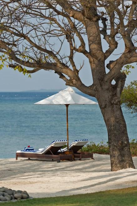 the-luxury-asia-villa-sapi-sun-lounger-facing-to-ocean