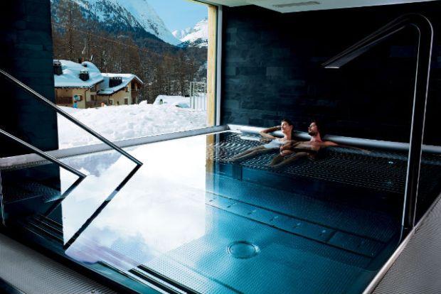 Nira-Alpina-Pool-couple-WINTER_MR2