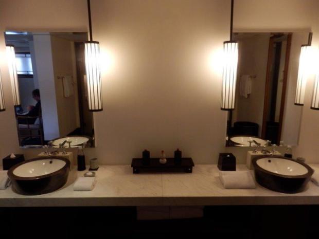 COURTYARD SUITE: BATHROOM