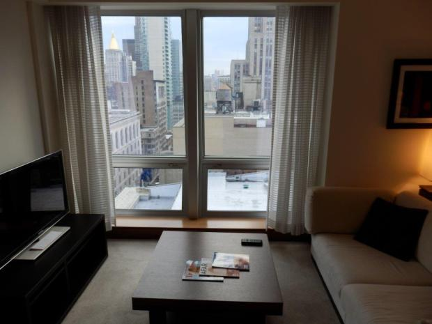 EMPIRE STATE VIEW SUITE: LIVING ROOM