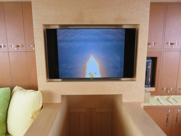 MAIN CABIN - CAMERA IN THE YACHT'S MAST