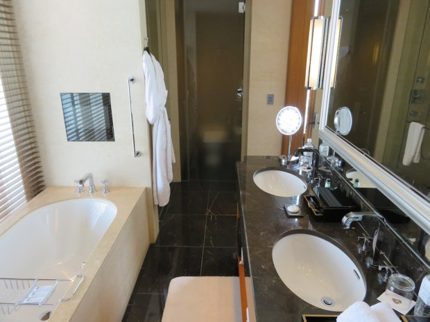 GRAND DELUXE PREMIER ROOM: BATHROOM