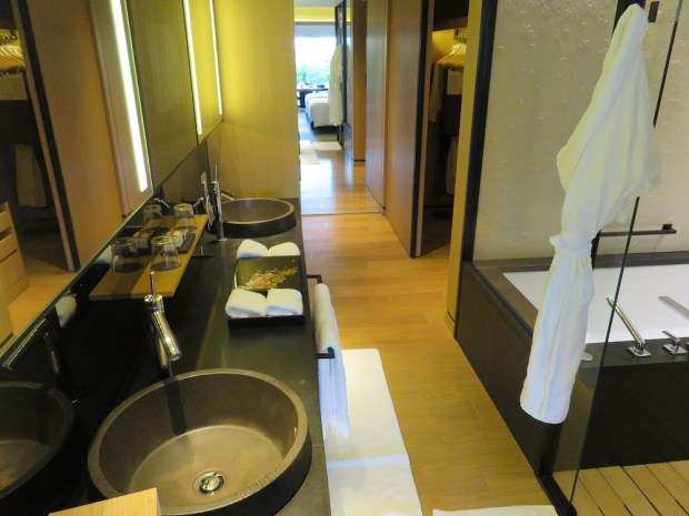 LUXURY ROOM: BATHROOM