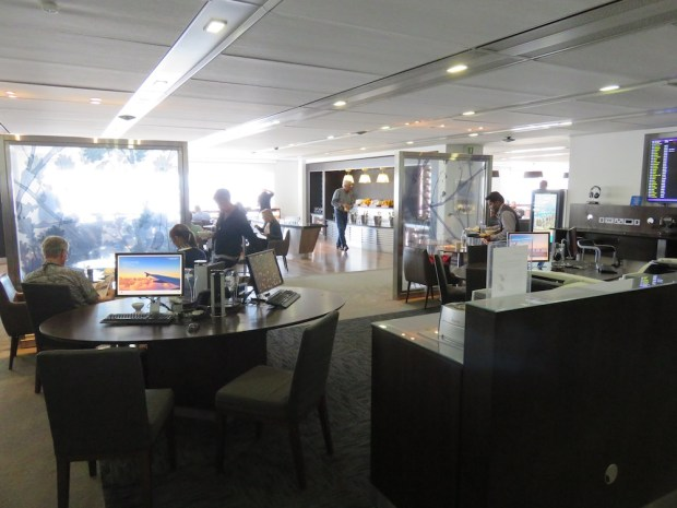 BA LOUNGE AT HEATHROW'S T3: BUSINESS CENTER