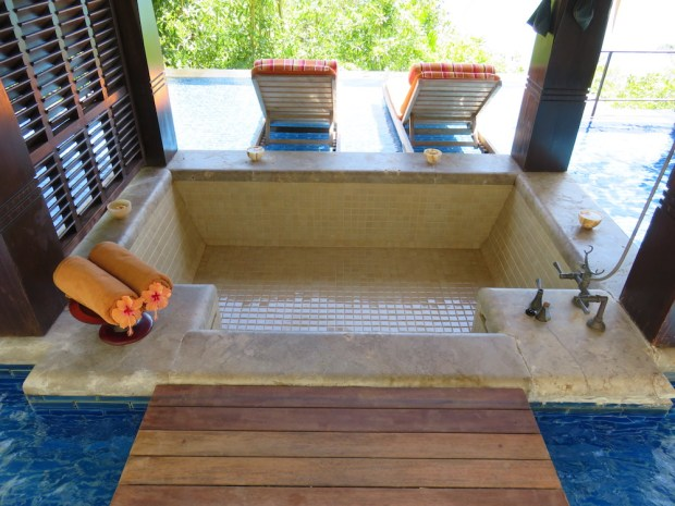OCEAN PANORAMIC VILLA: OUTDOOR BATHTUB & LOUNGERS
