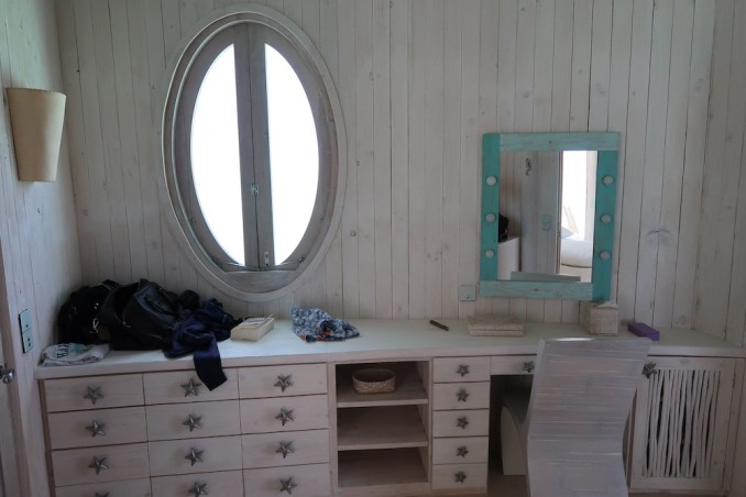 ONE BEDROOM WATER RETREAT: DRESSING ROOM