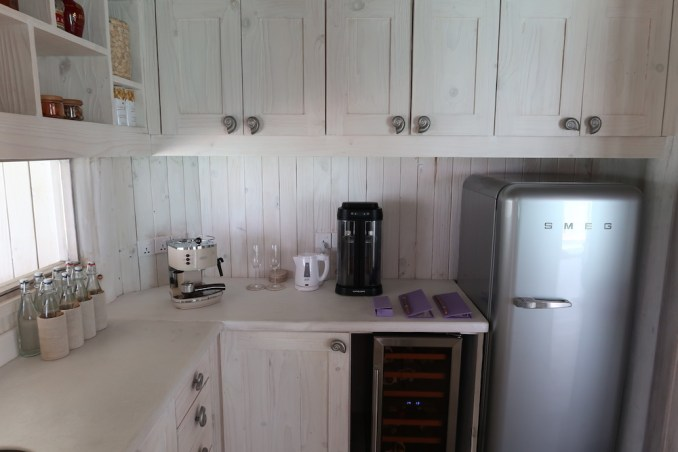 ONE BEDROOM WATER RETREAT: KITCHENETTE
