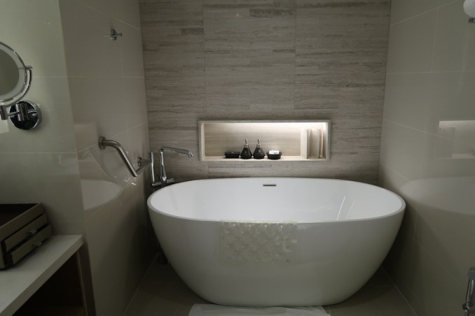 BANYAN TREE BANGKOK: HORIZON SUITE BATHROOM