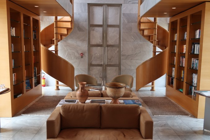 AMANZOE CENTRAL PAVILION: LIBRARY