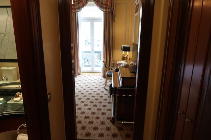 HOTEL GRANDE BRETAGNE: DELUXE ROOM - ENTRANCE