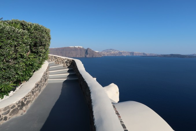 CANAVES OIA SUITES: PATHWAYS TO SUITES