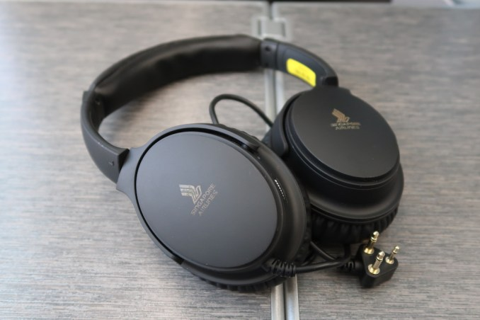 SINGAPORE AIRLINES B787: NOISE CANCELLING HEADPHONES