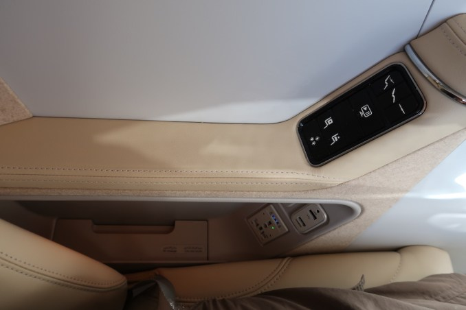 EMIRATES B777 BUSINESS CLASS SEAT