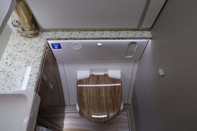 EMIRATES B777 BUSINESS CLASS LAVATORY