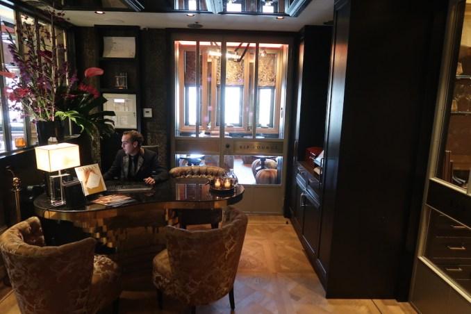 HOTEL TWENTYSEVEN: RECEPTION AREA